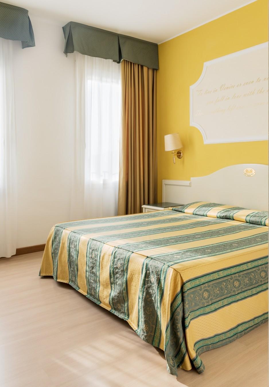 h tel l 39 heure venise roomforday. Black Bedroom Furniture Sets. Home Design Ideas